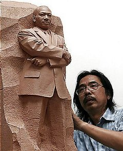 Yixin Lei and his sculpture of Martin Luther King Jr.