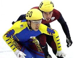 Ohno battles South Korean Kim Dong-Sung in the 1000 meter final © Jay Capers/USA Today