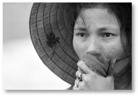Vietnamese woman stares at a mass grave © Associated Press/Horst Faas