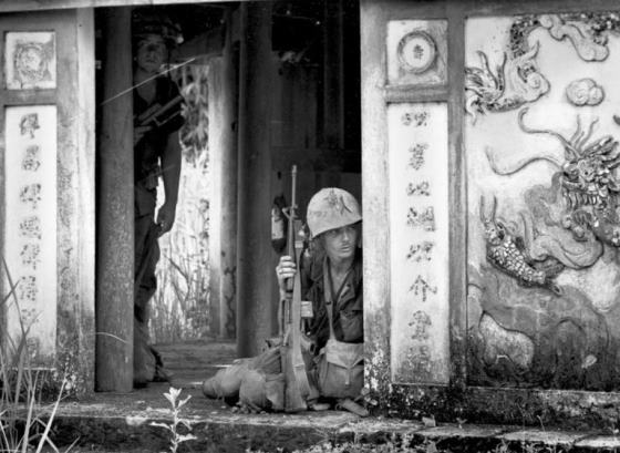 U.S. Marines taking cover in the entrance of a pagoda in a village near the Ben Hai river © Associated Press/Kim Ki Sam